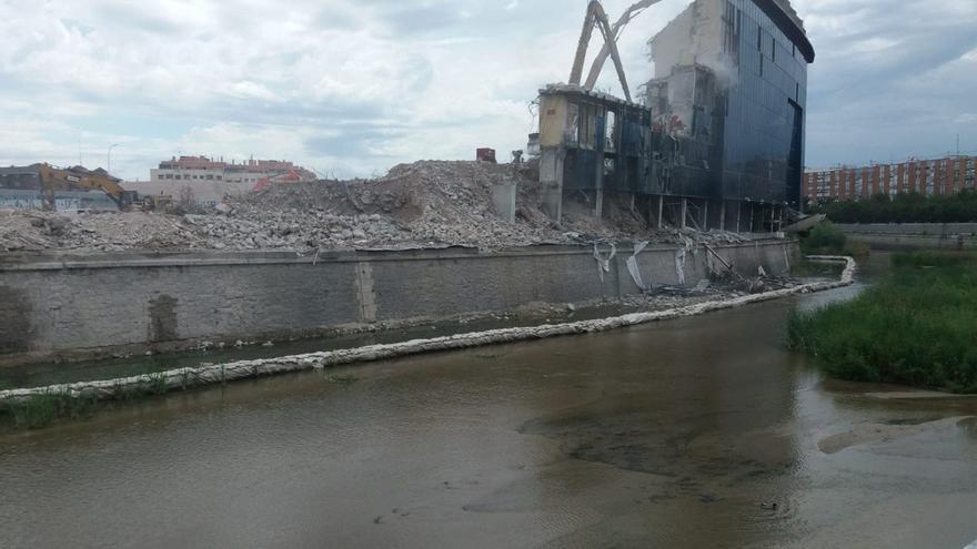 Última grada del estadio Vicente Calderón a medio desmontar sobre el río Manzares /S.M.B.