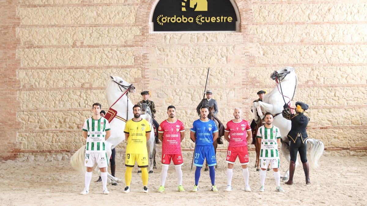 Jugadores del Córdoba Patrimonio de la Humanidad posan con las camisetas