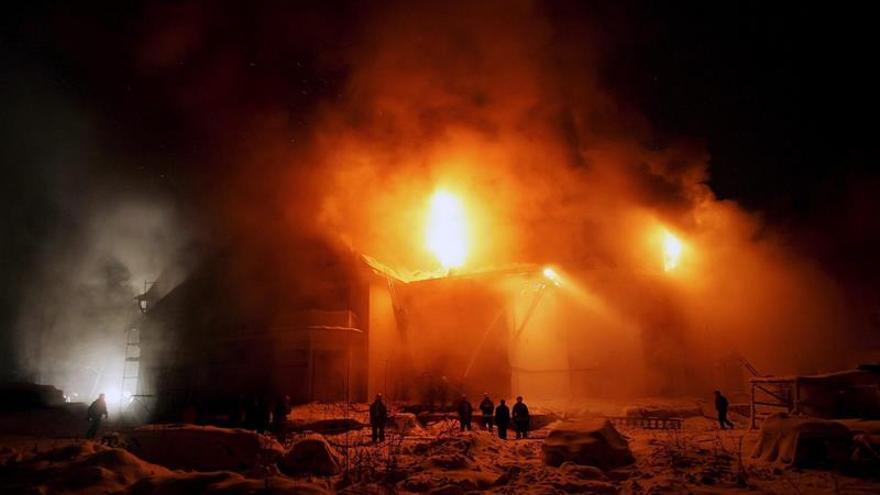 Al menos siete personas murieron en un incendio de un hangar en San Petersburgo