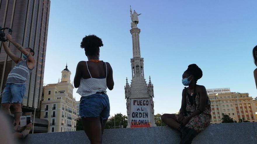 Activistas piden derribar la estatua de Colón