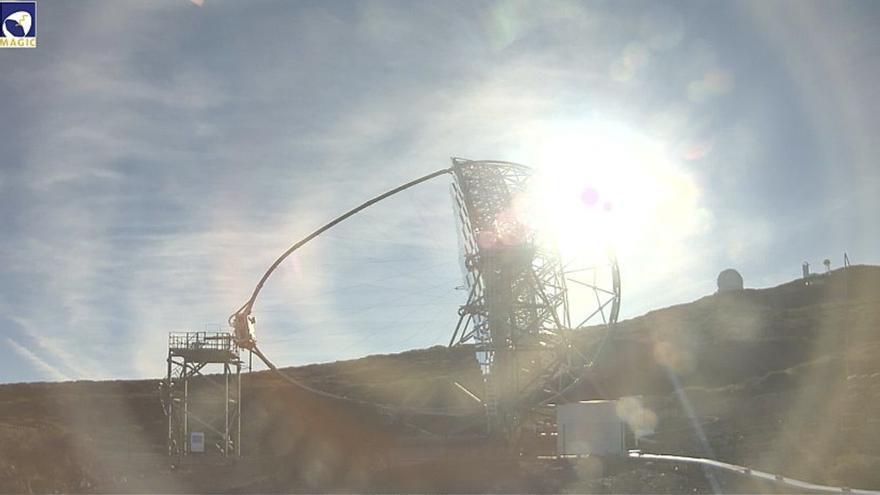 Imagen del entorno del Observatorio del Roque de Los Muchachos, este lunes, con uno de los telescopios MAGIC.