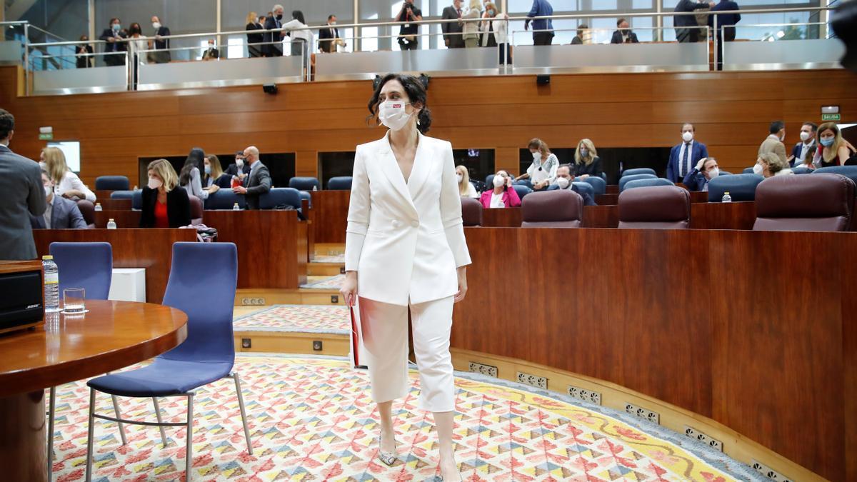 La presidenta en funciones y candidata a la Presidencia de la Comunidad de Madrid, Isabel Díaz Ayuso, entra en el hemiciclo de la Asamblea de Madrid para asistir a la primera jornada del debate de investidura