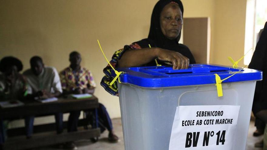 Cierran urnas en presidenciales de Mali con baja participación y violencia