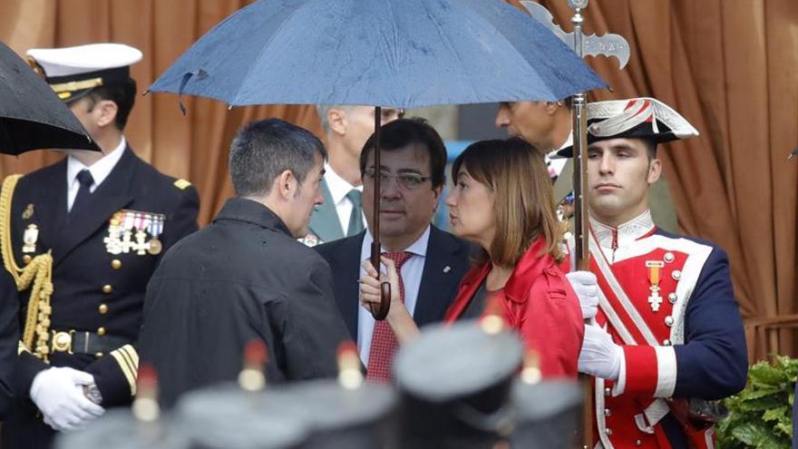 Los presidentes de Canarias, Fernando Clavijo (i); Extremadura, Guillermo Fernández Vara y Baleares, Francina Armengol, momentos antes del acto central del Día de la Fiesta Nacional.