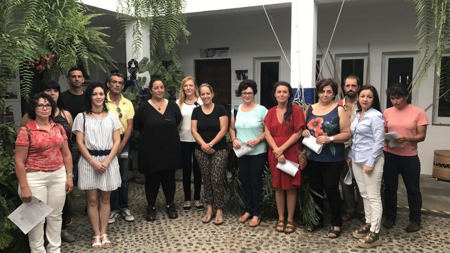 La consejera de Artesanía del Cabildo de La Palma, Susana Machín (c) con las artesanas y artesanos que recibieron el carnet del gremio.