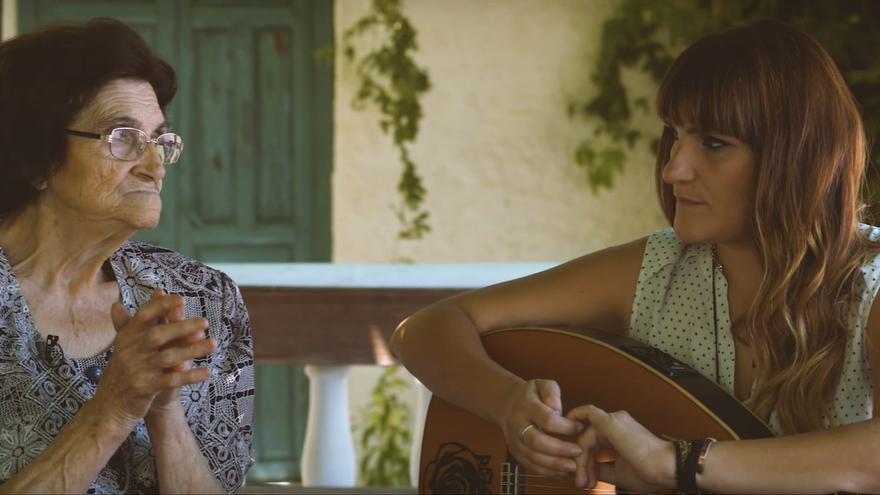 Rozalén y su abuela conversan en el documental de la cantante Conversaciones Con Mi Abuela.jpg