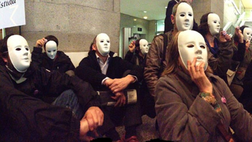 Activistas de Yo Sí Sanidad Universal protestan durante el segundo aniversario del Real decreto sanitario./ YoSí