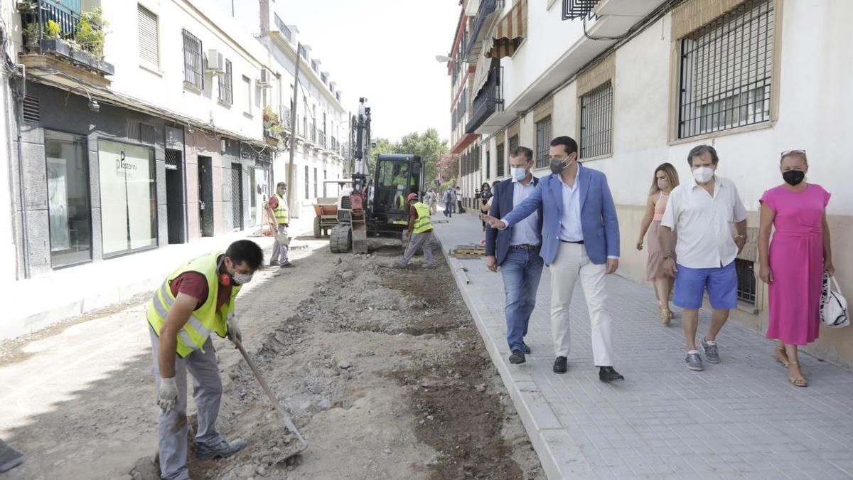 El alcalde, durante una visita a las obras de la calle Colombia
