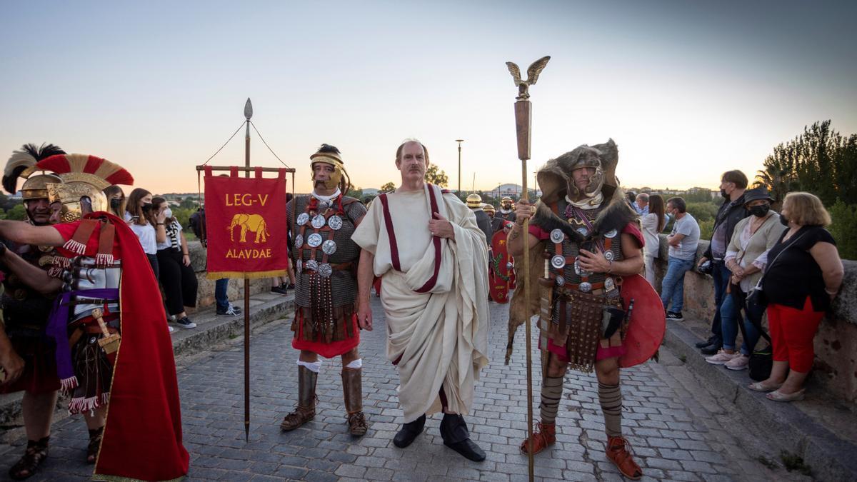 """Las túnicas y las togas romanas conviven este fin de semana con la mascarilla en la XI edición de """"Emérita Lúdica"""", una fiesta con la que Mérida regresa a la antigüedad para celebrar su fundación en el año 25 a C. por orden del emperador Octavio Augusto."""