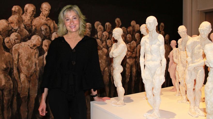 María Gómez, junto a una de sus obras