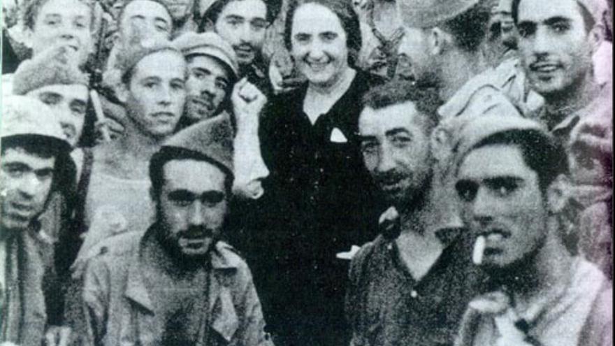 Dolores Ibarruri rodeada de brigadistas internacionales
