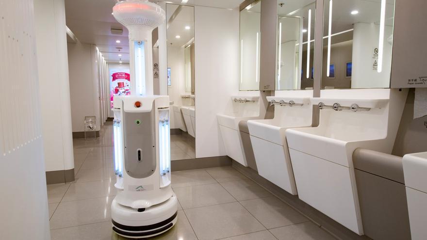 Robot de esterilización inteligente, equipado con esterilizador de luz ultravioleta y esterilizador de aire, desinfecta los baños públicos en el aeropuerto de Hong Kong