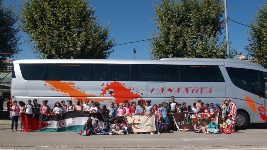Los niños han partido en autobús desde el aparcamiento del Racing hasta el aeropuerto de Avilés, donde tomarán un vuelo con destino a Tinduf (Argelia).