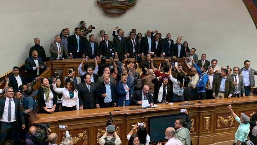 Juan Guaidó y la oposición venezolana después de entrar en el Parlamento.