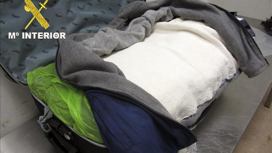 Detenido un menor de edad en Barajas con 240 gramos cocaína en el tirador de la maleta