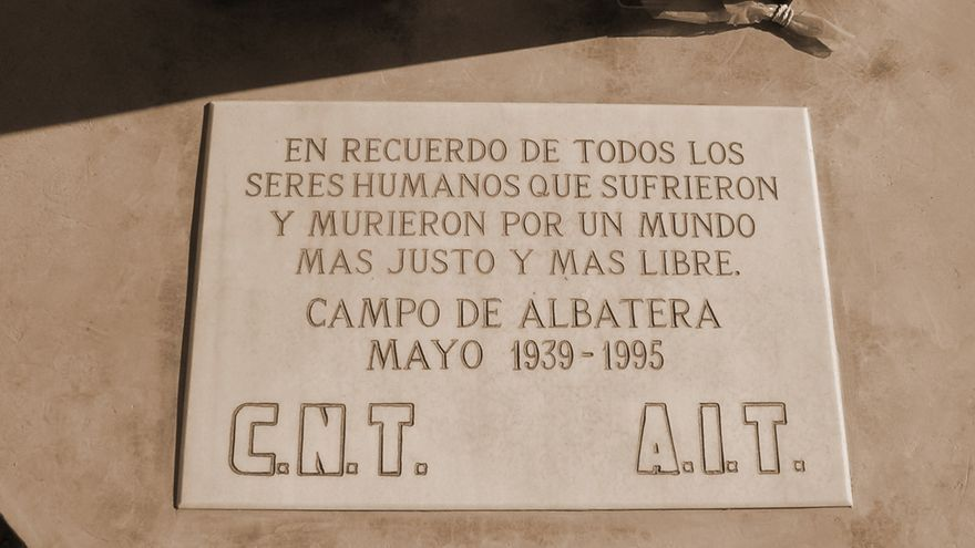 Placa que recuerda el campo de concentración de Albatera.