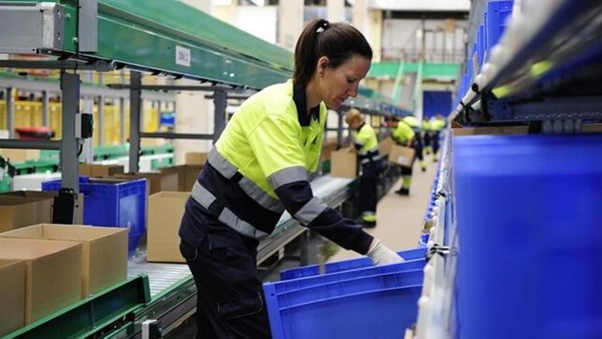 Una mujer trabajando en el sector de la industria