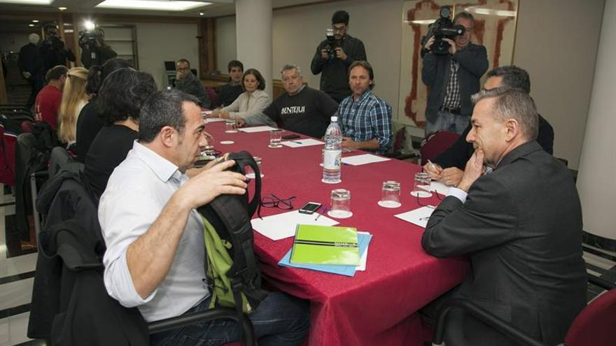 El presidente del Gobierno Canario, Paulino Rivero (d), durante la reunión mantenida en la capital grancanaria, con representantes de los diversos colectivos antipetróleo. (Efe/Ángel Medina G.)