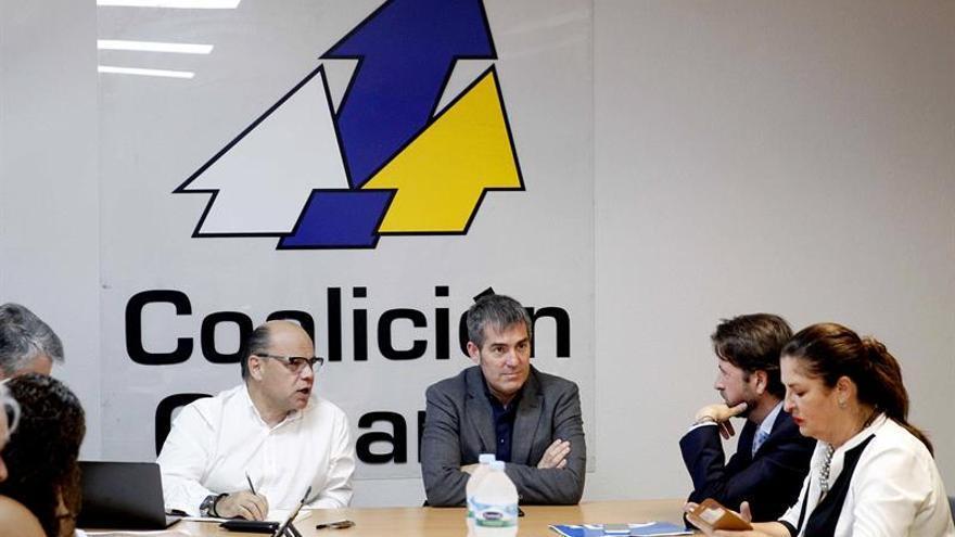 El presidente del Gobierno de Canarias, Fernando Clavijo, junto al secretario general de Coalición Canaria, José Miguel Barragán, y otros miembros del comité permanente nacional de Coalición Canaria. (EFE/Cristóbal García)
