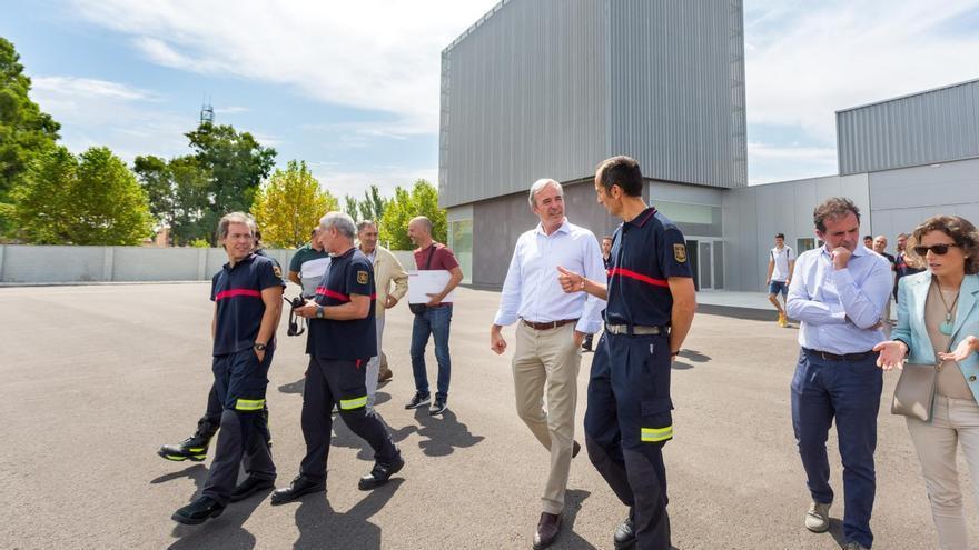 Visita del alcalde de Zaragoza, Jorge Azcón, al nuevo Parque de Bomberos de Casetas