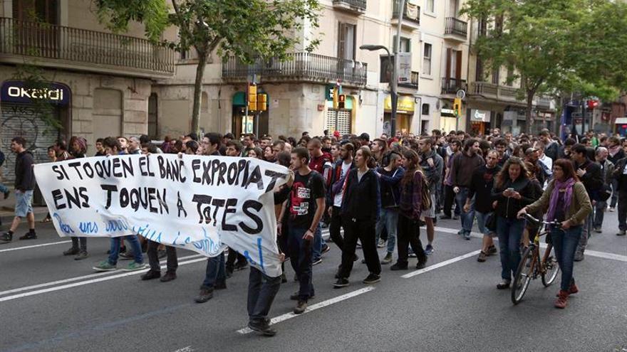 Centenares de manifestantes en Barcelona contra el desalojo del banco expropiado