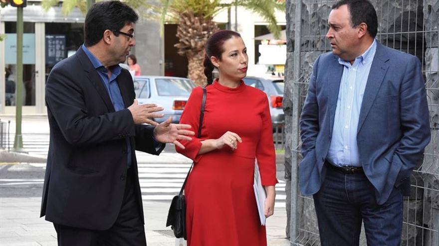 La vicepresidenta del Gobierno de Canarias, Patricia Hernández, y el presidente de la Fecam, Manual Ramón Plasencia, firman un acuerdo para la gestión de la PCI.