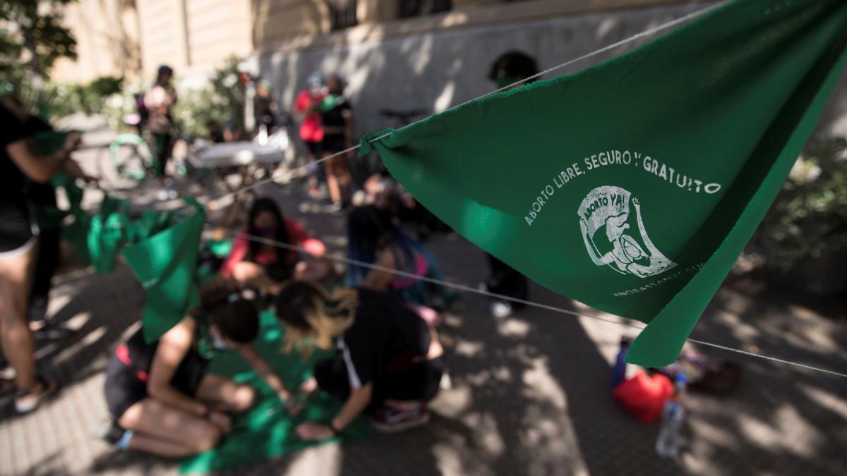 """Un grupo de mujeres este miércoles, durante un """"pañuelazo"""" en favor de despenalizar el aborto dentro de las primeras 14 semanas, frente a la sede central de la Universidad Católica de Chile, en Santiago de Chile."""