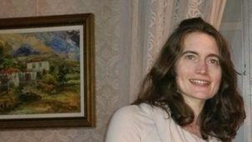 Laura Hydak con la novela 'Carnaval de Indianos' de Luis León Barreto.
