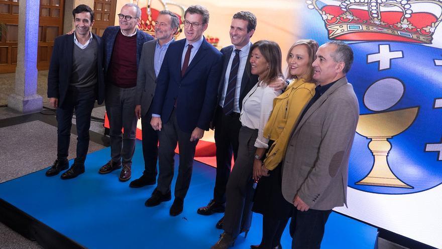 Feijóo y Casado, en una imagen de archivo con los candidatos del PP a las alcaldías de las siete principales ciudades gallegas