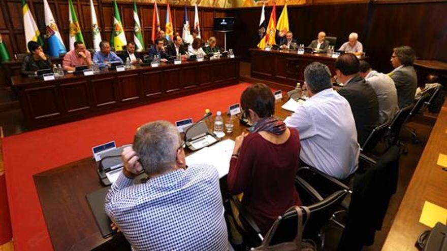 El presidente del Cabildo de Gran Canaria, Antonio Morales (c), se reunió con el Consejo Insular de Corporaciones Locales para analizar Plan de Desarrollo del Gobierno de Canarias.