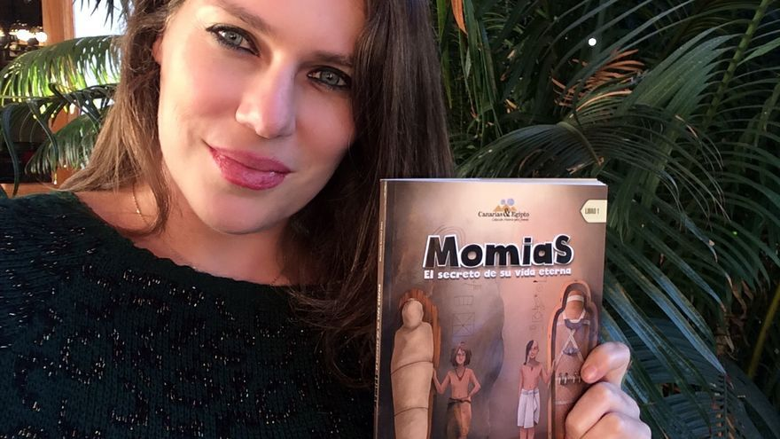 Mila Álvarez muestra el Libro I de su colección para escolares.