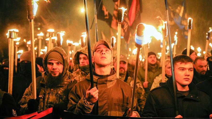 Seguidores de diferentes partidos nacionalistas llevan antorchas durante una marcha celebrada en enero en honor a Stepan Bandera, una de las primeras figuras nacionalistas de ucrania.