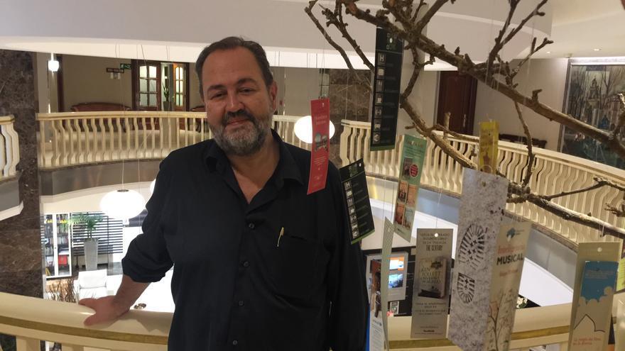 El escritor bilbaíno Juan Bas, posa tras la entrevista.
