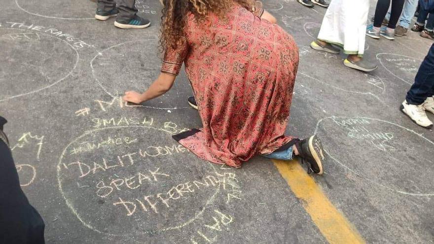 Mujeres indias realizan círculos en el suelo antes de cantar 'Un violador en tu camino'