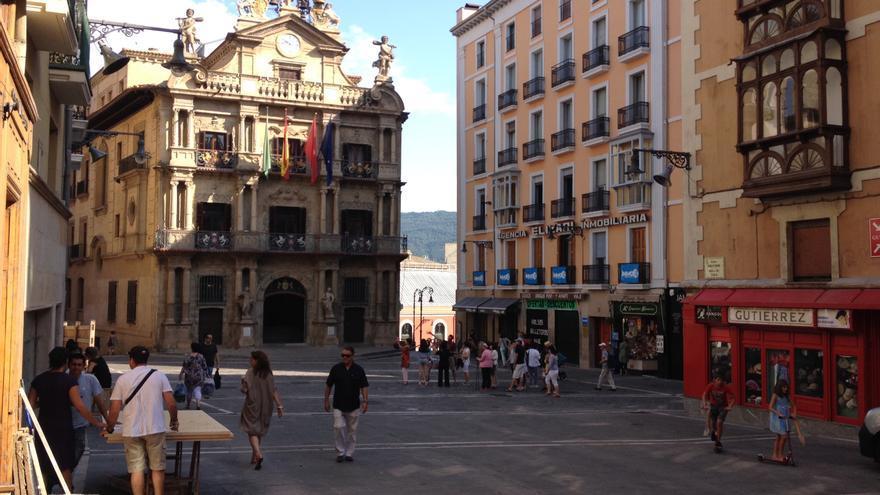 La plaza del Ayuntamiento, con personas ultimando los preparativos para San Fermín.