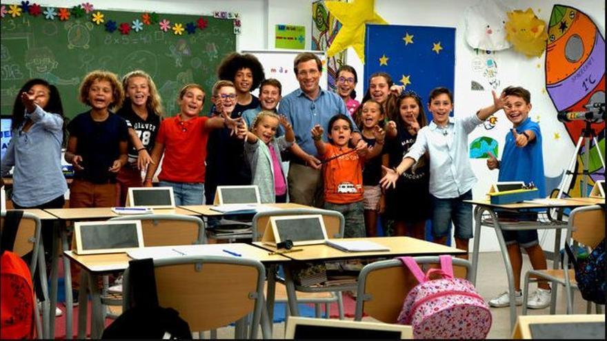 Almeida con los niños del programa de Telemadrid.