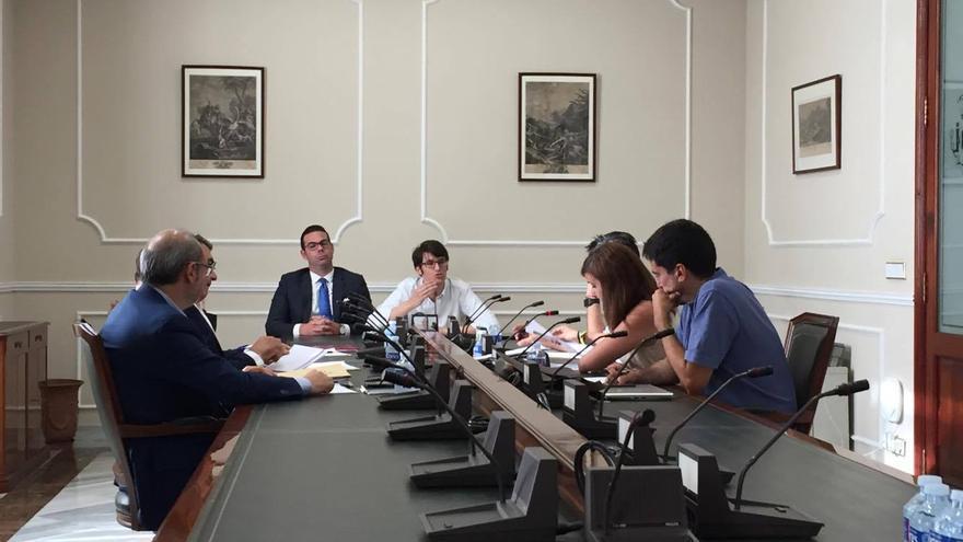 Luis Salom, en el centro de la imagen durante su declaración en la comisión que investiga el 'caso Taula'
