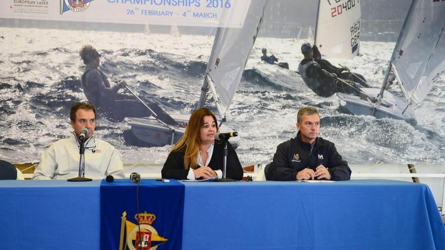 De izquierda a derecha:El presidente de la Federación Canaria, Joaquín Blanco, la presidenta en funciones del Real Club Náutico de Gran Canaria, María Rosa Días-BertranaDíaz-Bertrana y el director técnico de la prueba, Francis Bautista.