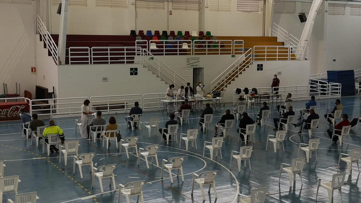 El equipo itinerante de vacunación contra la COVID-19 del Área de Salud de La Palma, este martes,  en Villa de Mazo,