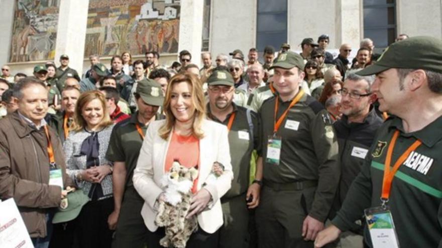 Fotografía de agentes medioambientales de Castilla-La Mancha con Susana Díaz / Junta de Andalucía