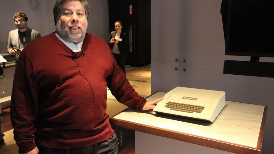 Steve Wozniak ante un antiguo Apple II