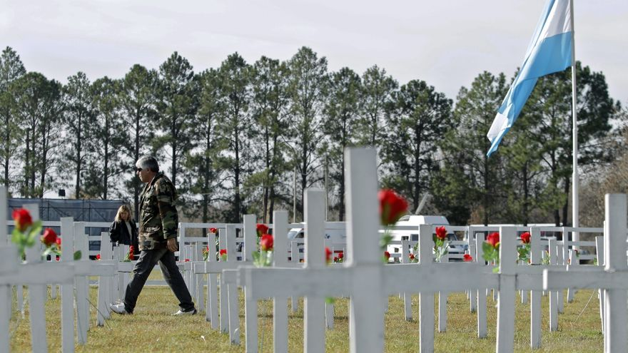 Un excombatiente de la Guerra de Malvinas visita las cruces del cenotafio, réplica del cementerio de Darwin, Malvinas, inaugurado en 2012 en Pilar (Buenos Aires) al cumplirse 30 años de la guerra. /EFE