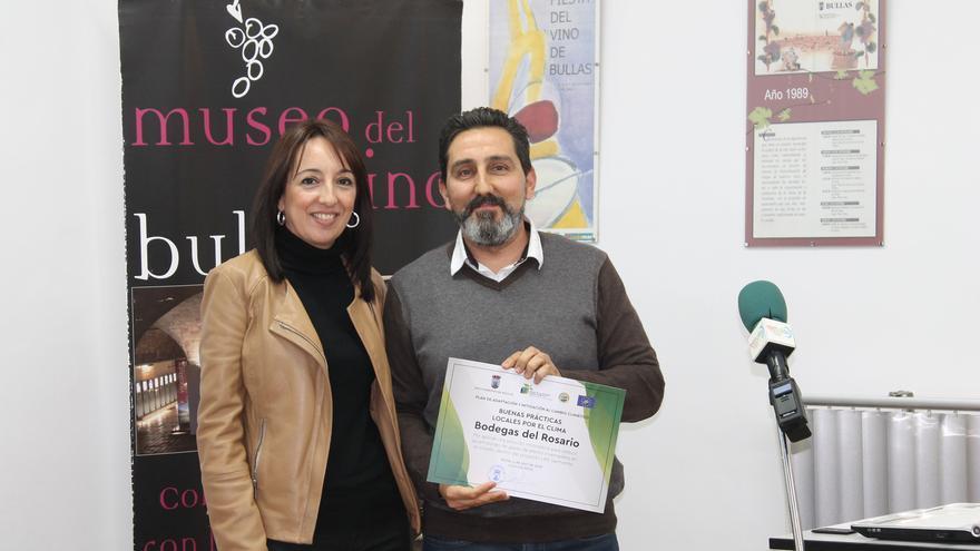 María Dolores Muñoz, alcaldesa de Bullas, entregó un reconocimiento a Bodegas del Rosario