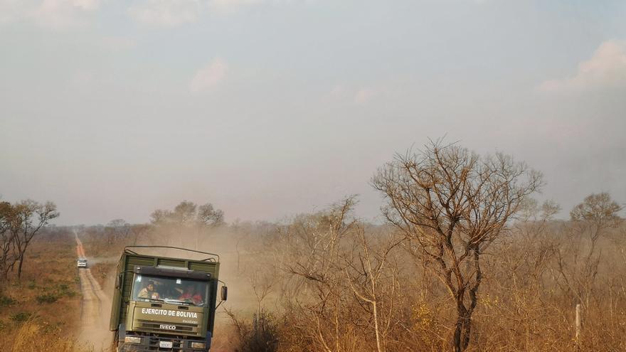 Un camión del ejército de Bolivia se dirige a la zona afectada por los incendios.