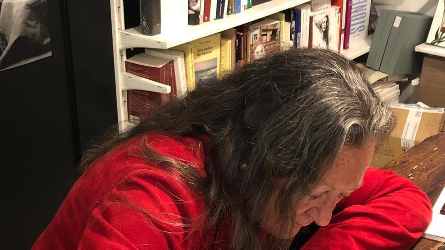 Elsa López firmando ejemplares de su obra.