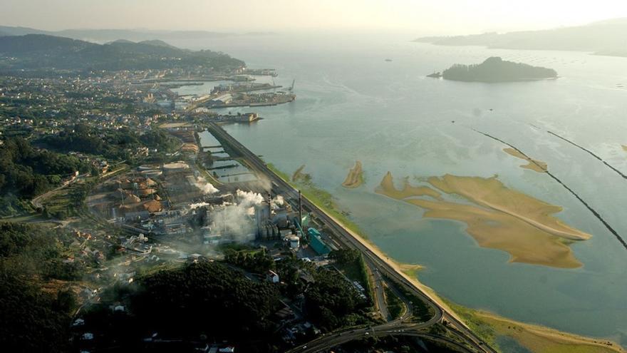 Vista de la planta de ENCE y su entorno, en la ría de Pontevedra