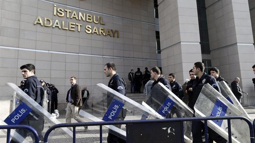 """Turquía ordena arrestar a 1.000 """"jefes secretos"""" de la Policía por golpismo"""