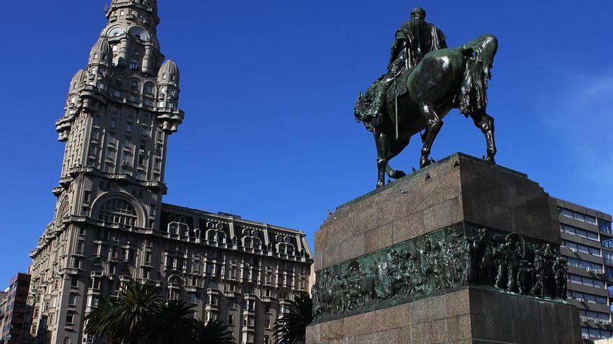El héroe nacional Artigas mira desde su caballo la torre del Palacio Salvo.