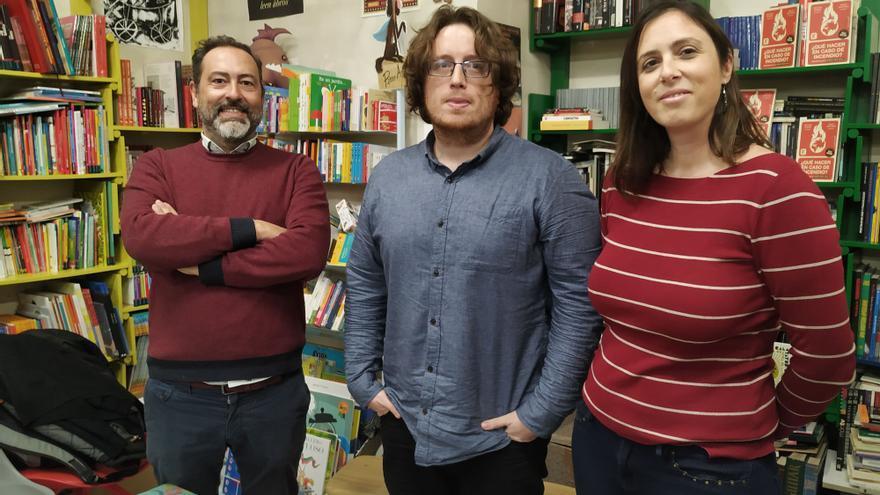 Luis Arenas, Emilio Santiago y Alicia Valero, en la librería Antígona de Zaragoza.
