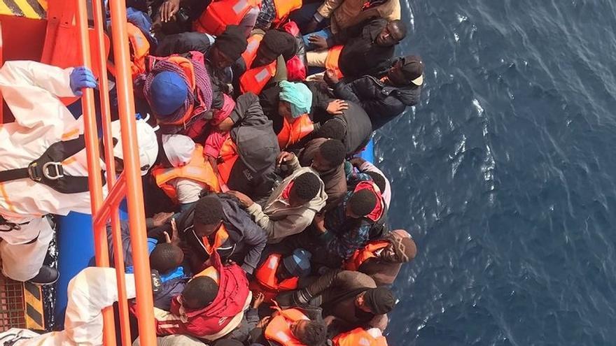 Rescatadas 61 personas de una patera de madera en aguas del Estrecho